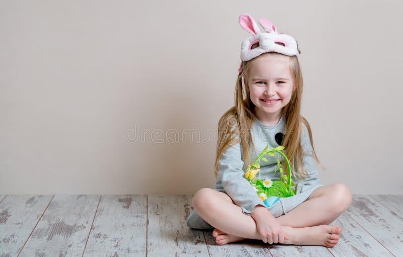 Menina no traje do coelhinho da Páscoa imagens de stock
