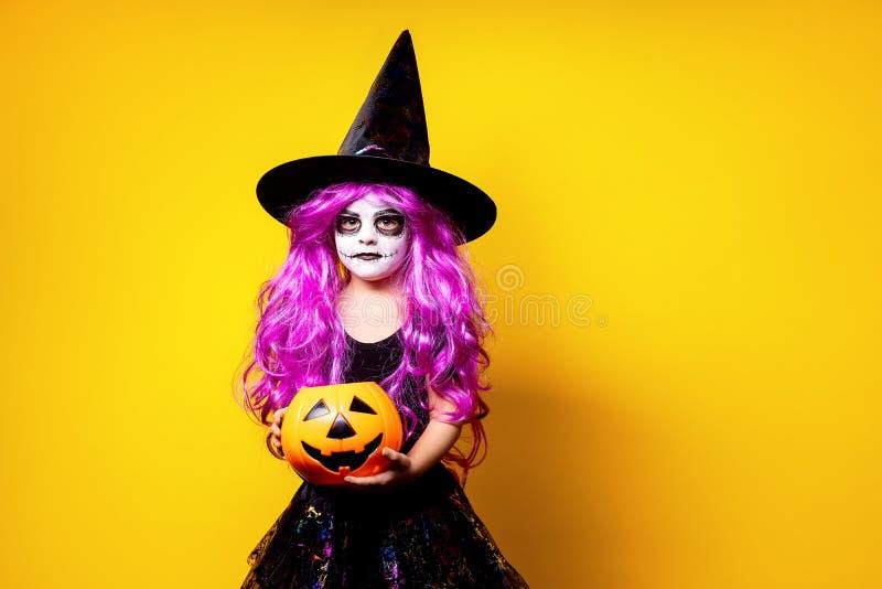 Menina no traje do Dia das Bruxas da bruxa imagem de stock