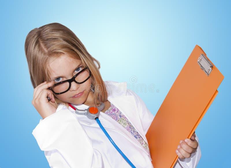 Menina no traje do doutor imagens de stock