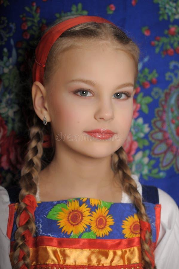Menina no traje do russo foto de stock