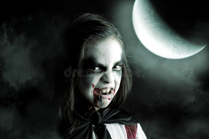 Menina no traje do vampiro de Dia das Bruxas fotografia de stock