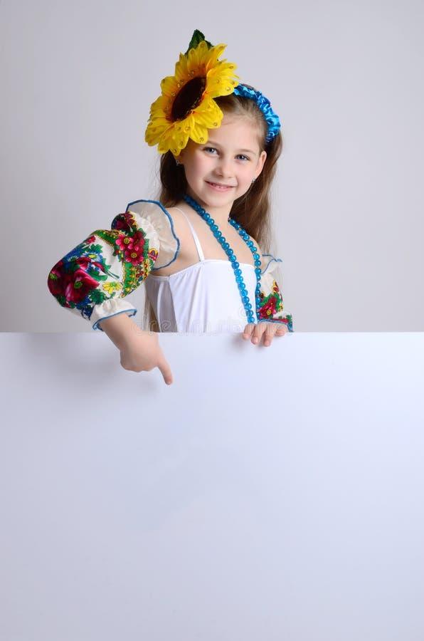 Menina no traje ucraniano nacional com um girassol em seu h foto de stock
