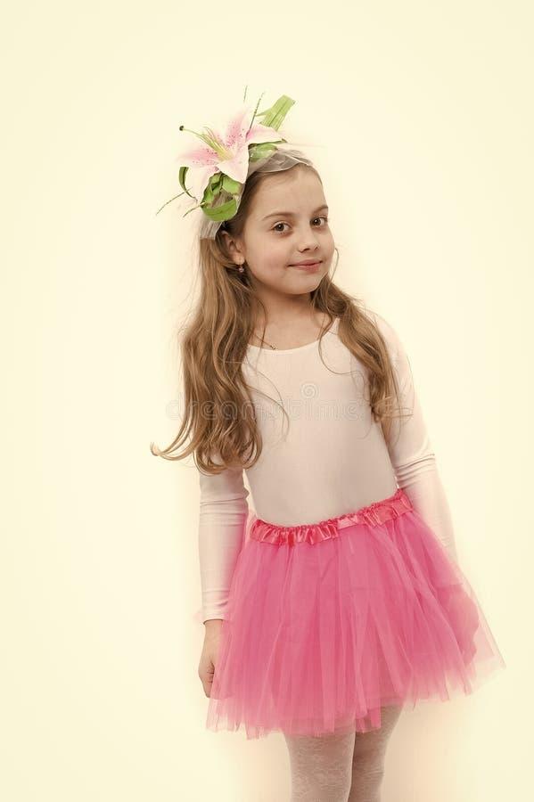 Menina no tutu cor-de-rosa da saia isolado no branco imagens de stock royalty free