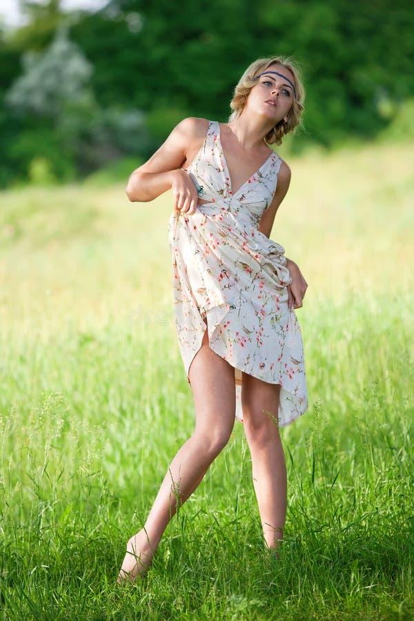 Menina no um vestido longo na natureza imagens de stock royalty free