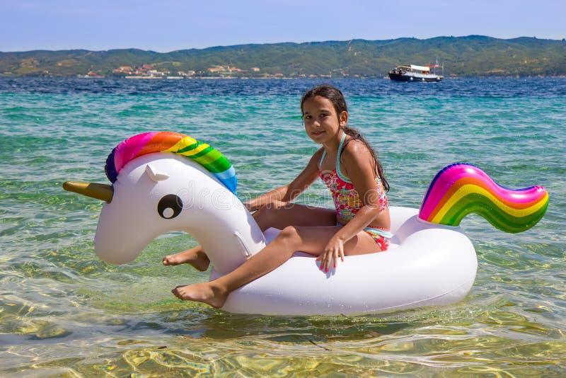 Menina no unicórnio no mar imagem de stock