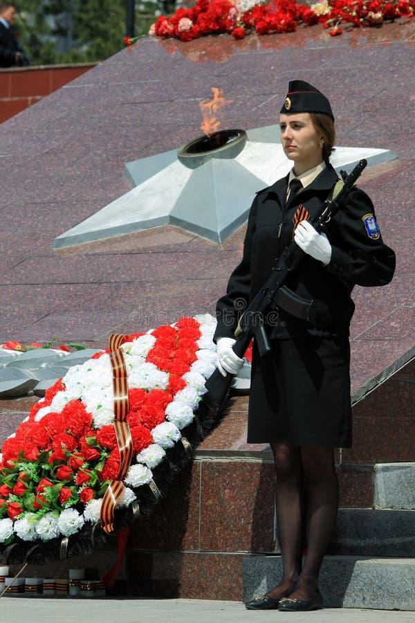 Menina no uniforme com a fita e as armas de um St George fotografia de stock royalty free