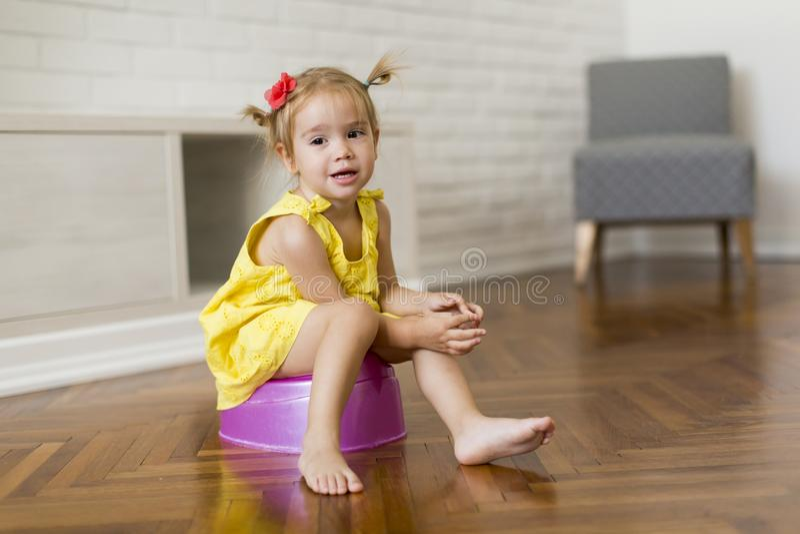 Menina no urinol fotografia de stock royalty free