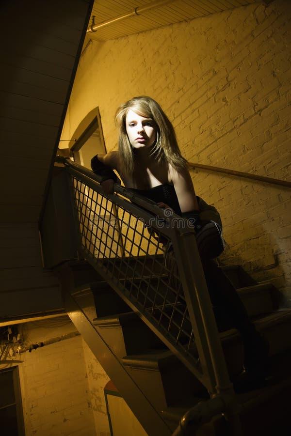 Menina no vão das escadas. fotografia de stock royalty free