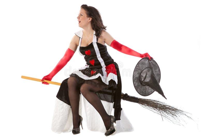 Menina no vôo da bruxa de Halloween em uma vassoura imagens de stock royalty free