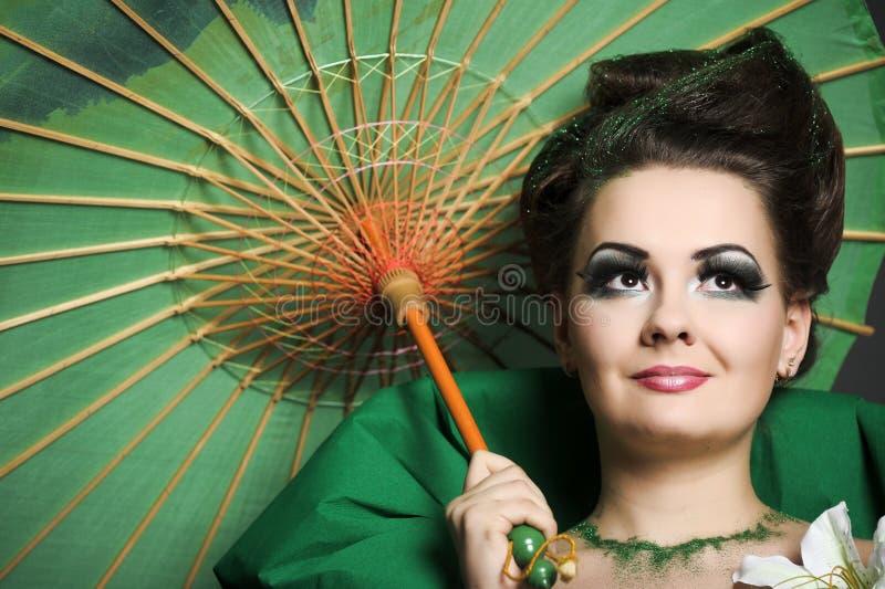 Menina no verde com o guarda-chuva chinês imagens de stock