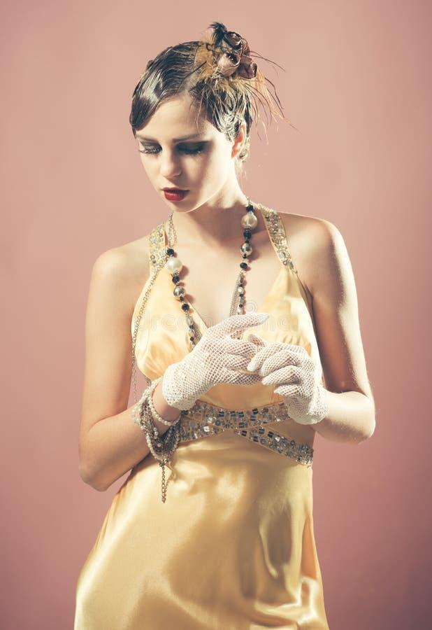Menina no vestido amarelo elegante fotos de stock royalty free