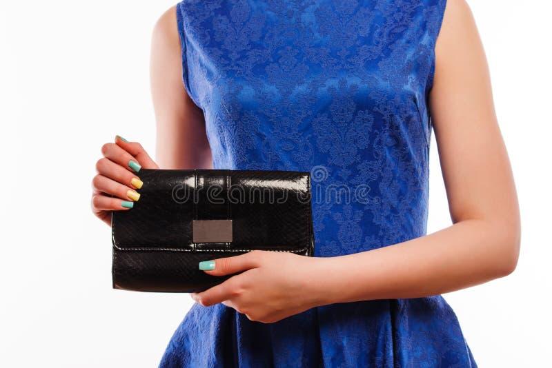 Menina no vestido azul com a embreagem preta do saco Conceito da forma imagem de stock