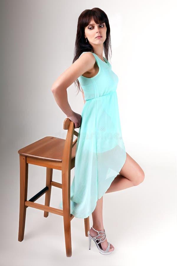 Menina no vestido azul que levanta no estúdio fotografia de stock royalty free