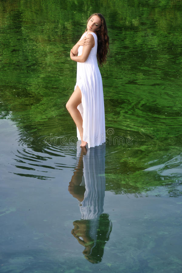 Menina no vestido branco foto de stock royalty free