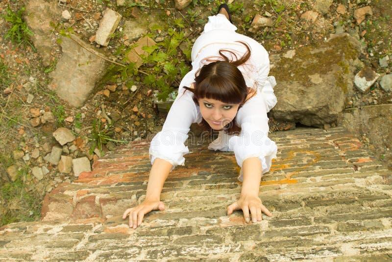 Menina no vestido branco antiquado entre ruínas do solar velho 6 foto de stock royalty free