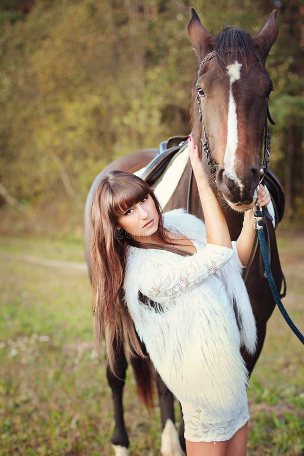 Menina no vestido branco com cavalo imagens de stock royalty free