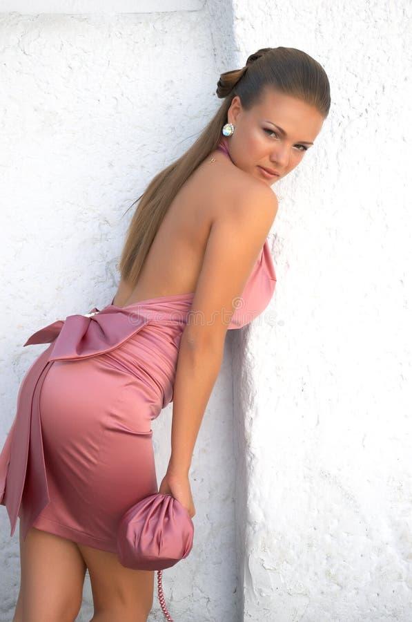 Menina no vestido clássico cor-de-rosa foto de stock royalty free