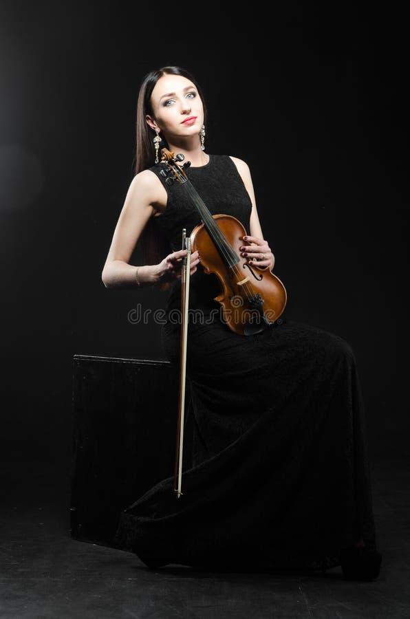 menina no vestido com um violino de madeira fotografia de stock royalty free