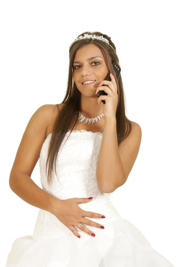 Menina no vestido da noiva telefonada fotografia de stock