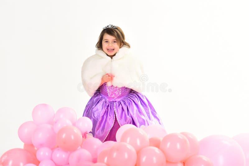 Menina no vestido da princesa infância e felicidade O dia das crianças Criança bonita pequena forma da criança Falta pequena dent foto de stock royalty free