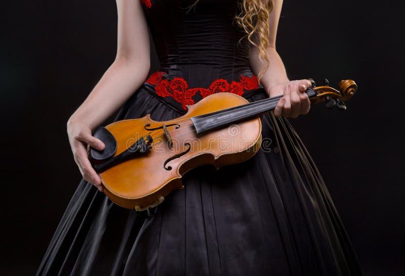 Menina no vestido do concerto com o violino imagem de stock