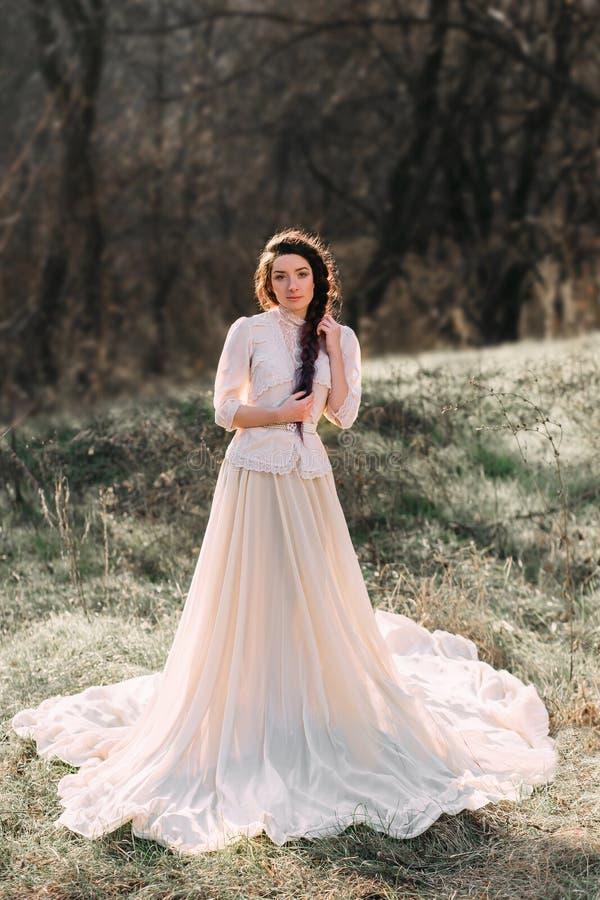 Menina no vestido do vintage imagens de stock royalty free