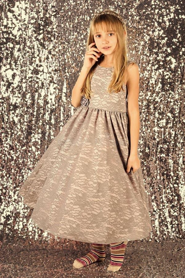 Menina no vestido elegante, baile de finalistas Menina da criança no vestido à moda do encanto, elegância Modelo de forma na prat imagem de stock