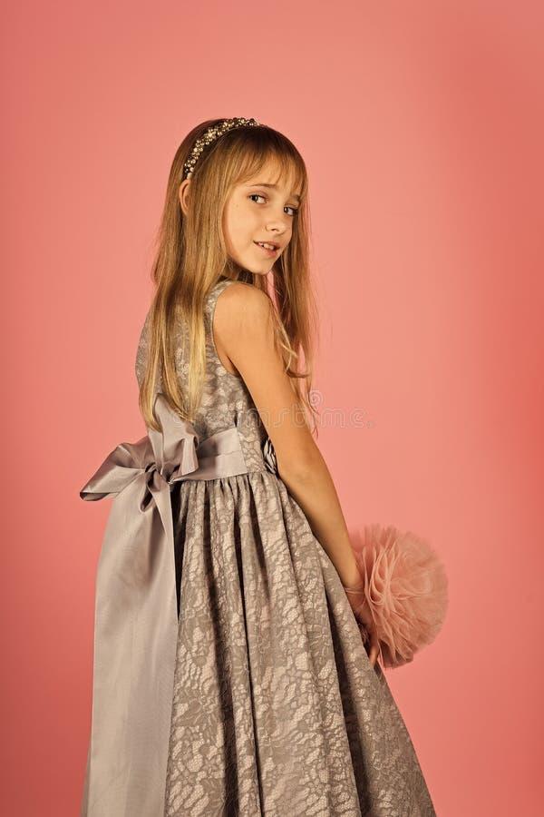 Menina no vestido elegante, baile de finalistas Forma e beleza, princesa pequena Modelo de forma no fundo cor-de-rosa, beleza foto de stock royalty free