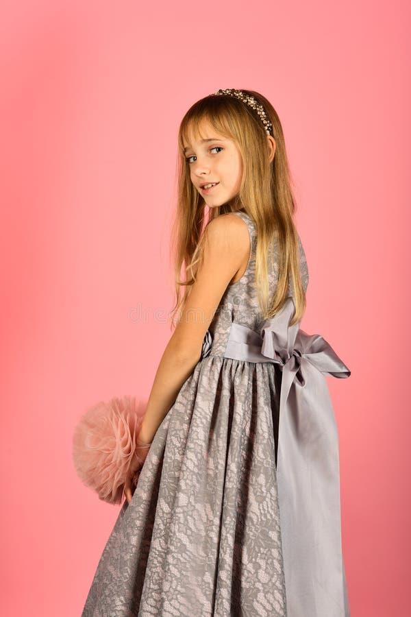 Menina no vestido elegante, baile de finalistas Forma e beleza, princesa pequena Modelo de forma no fundo cor-de-rosa, beleza imagem de stock
