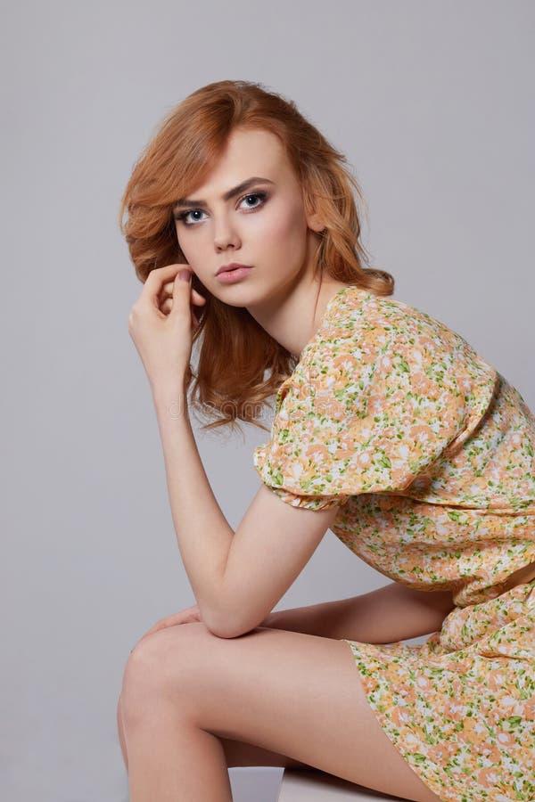 Menina no vestido floral do verão imagens de stock royalty free