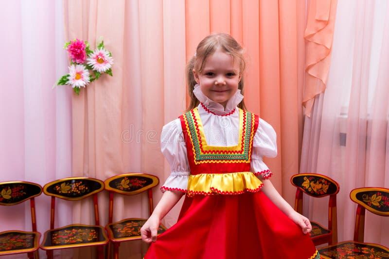 Menina no vestido nacional do russo vermelho fotografia de stock