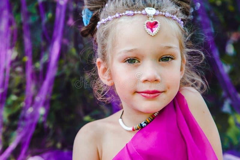 Menina no vestido oriental fotografia de stock