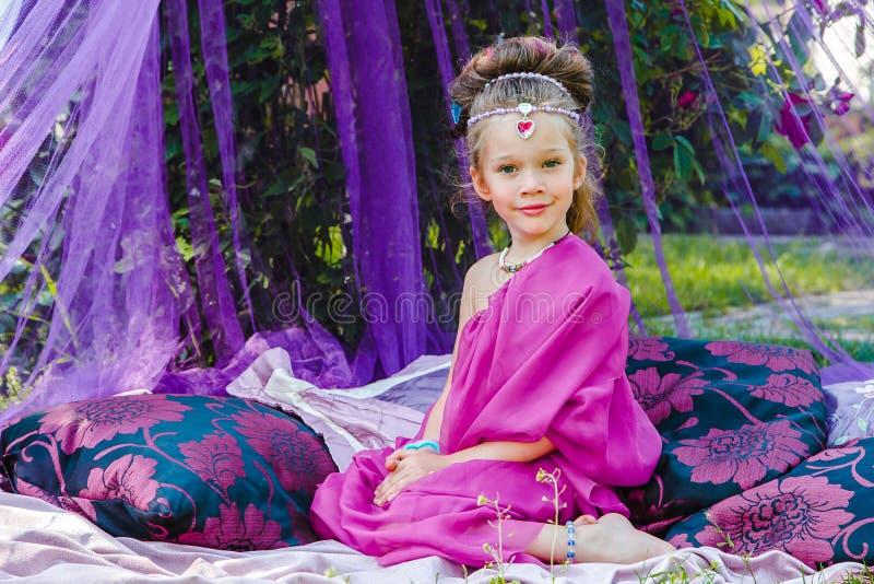 Menina no vestido oriental imagens de stock