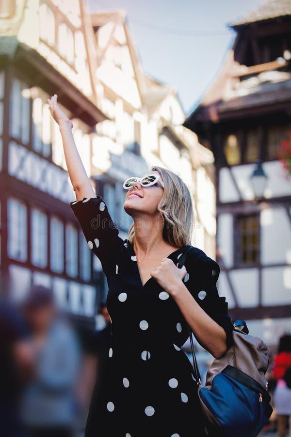 Menina no vestido preto que anda abaixo da rua em Strasbourg imagem de stock royalty free