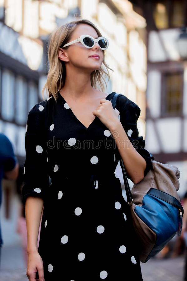 Menina no vestido preto que anda abaixo da rua em Strasbourg fotos de stock