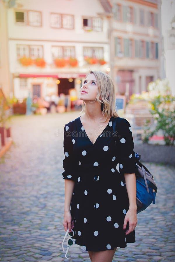 Menina no vestido preto que anda abaixo da rua em Strasbourg foto de stock royalty free