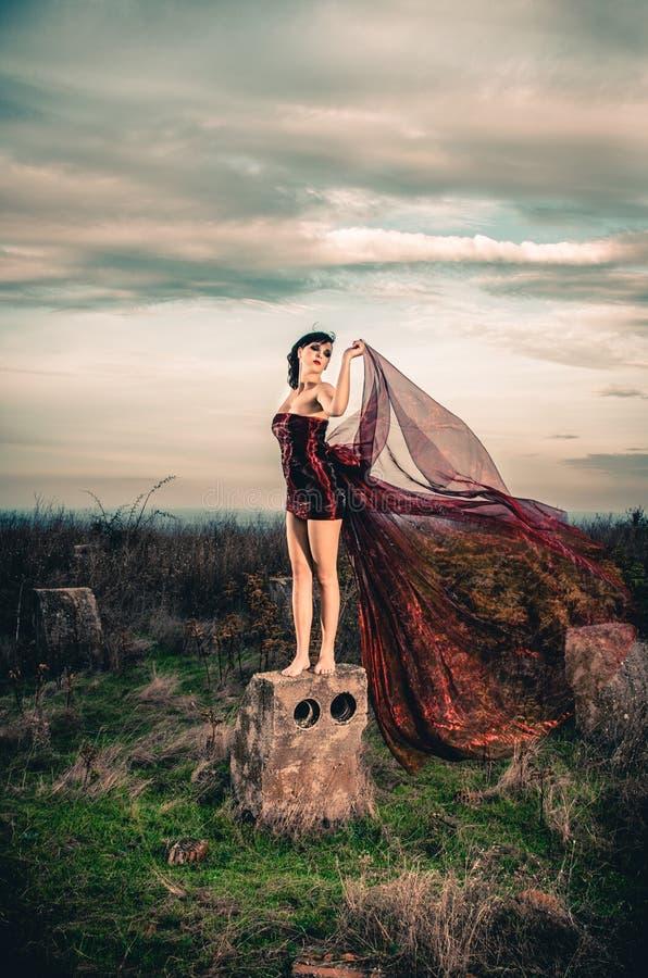 Menina no vestido vermelho curto imagem de stock royalty free