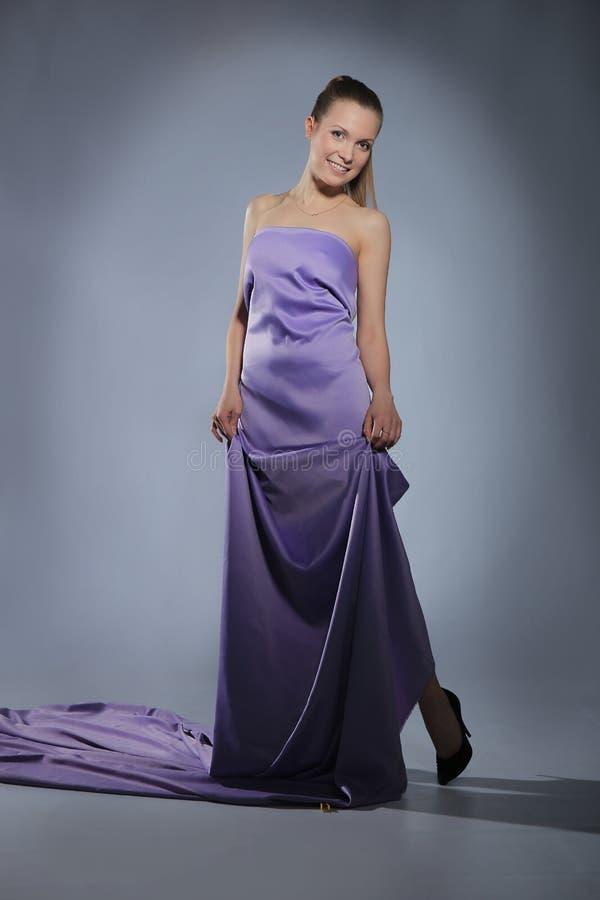 Menina no vestido violeta longo imagem de stock