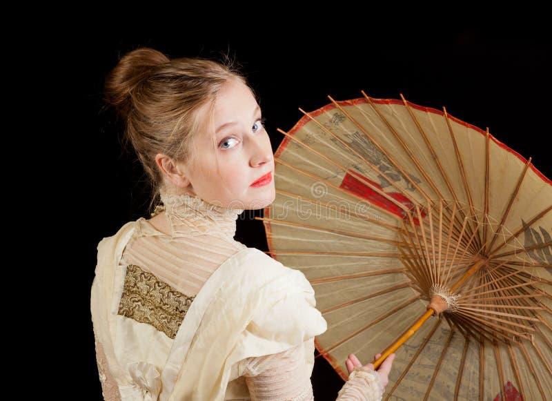 Menina no vestido vitoriano que olha para trás com guarda-chuva chinês imagem de stock royalty free