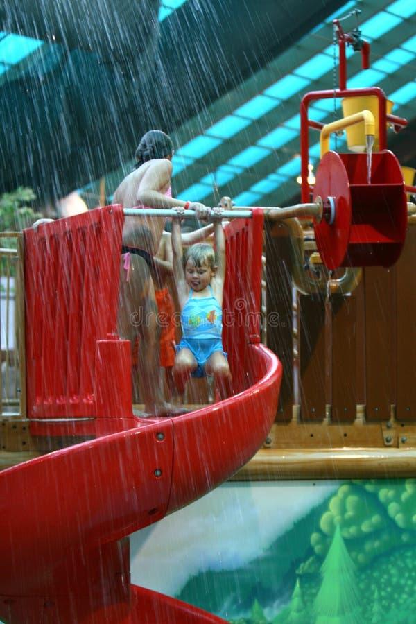 Menina no waterpark foto de stock