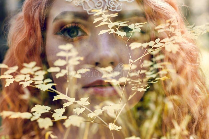 Menina norueguesa do ruivo bonito com olhos e as sardas grandes na cara no retrato da floresta do close up da mulher do ruivo na  fotos de stock