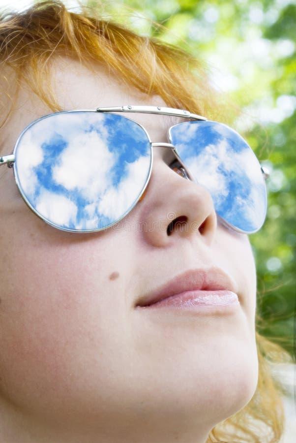 Menina nos óculos de sol imagens de stock royalty free