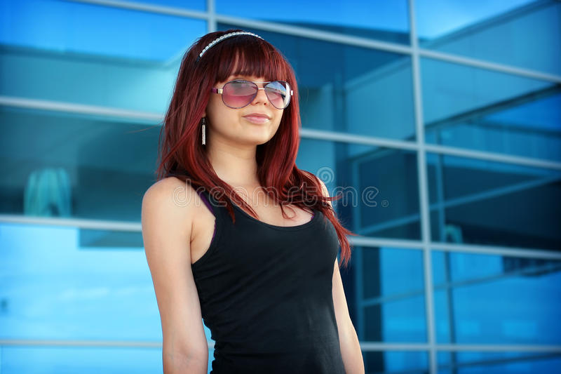 Menina nos óculos de sol na cidade fotografia de stock royalty free