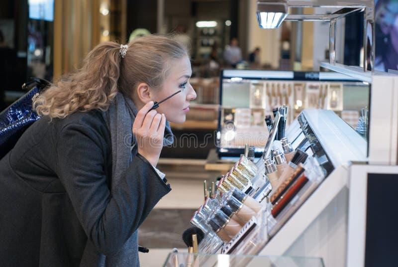 A menina nos cosméticos da loja imagem de stock