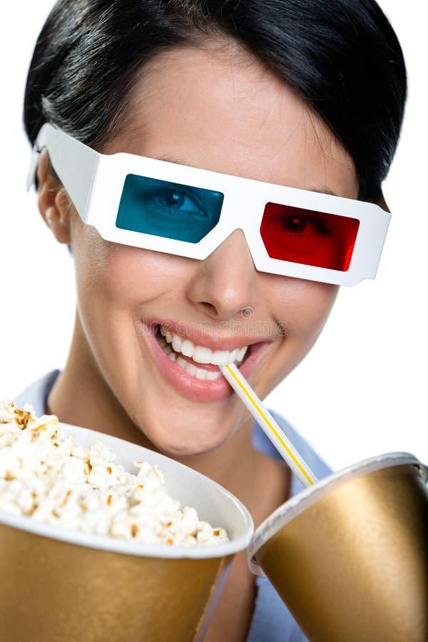 Menina nos vidros 3D com bebida e bacia de pipoca fotografia de stock