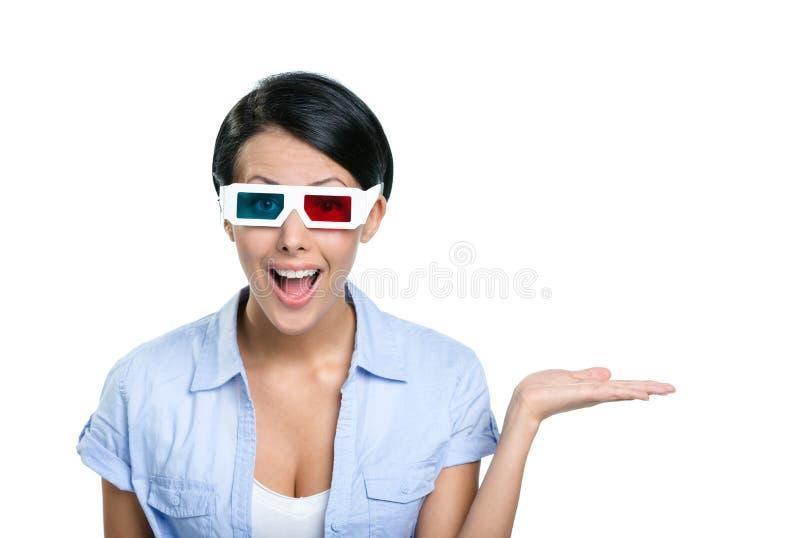 Menina nos vidros 3D com a palma acima fotos de stock