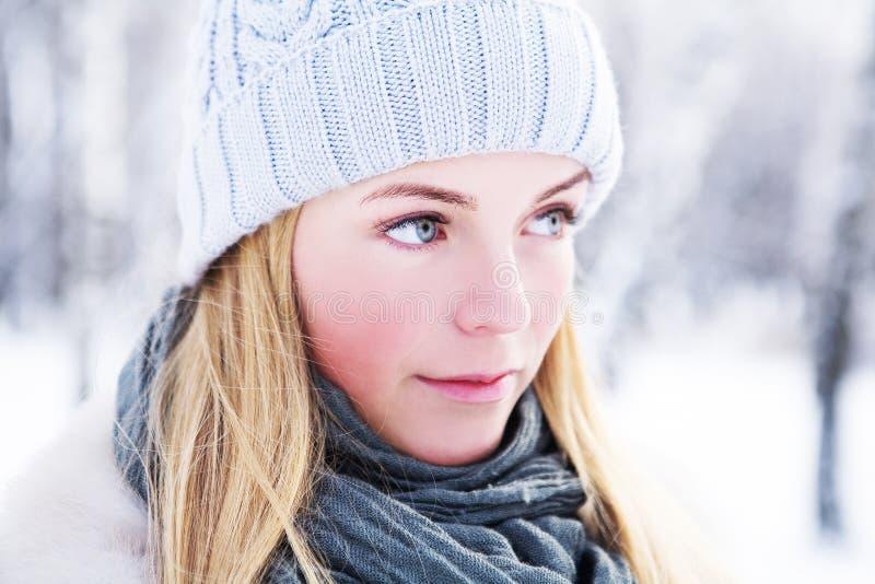 A menina nova, bonita, é fotografada no inverno frio no parque foto de stock