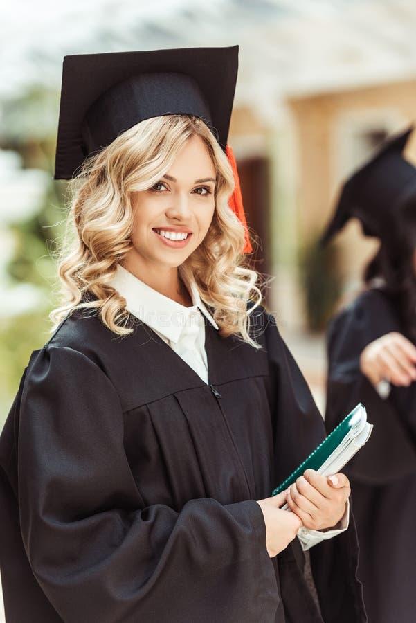 menina nova bonita do estudante graduado fotografia de stock