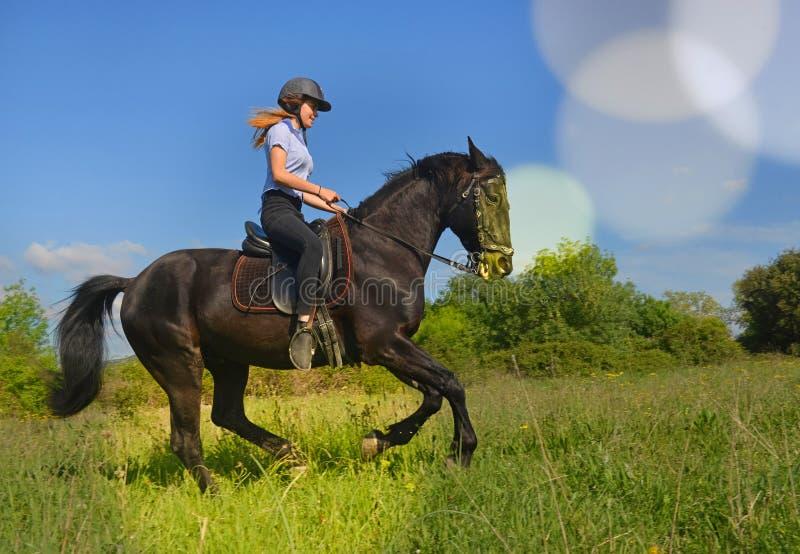 Menina nova da equitação imagem de stock