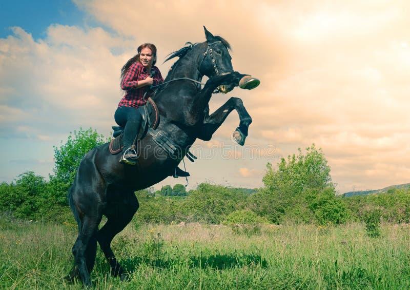 Menina nova da equitação fotos de stock